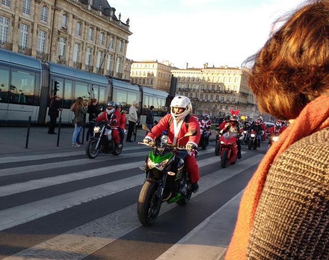 Un desfile de motociclistas vestidos de Santa Claus