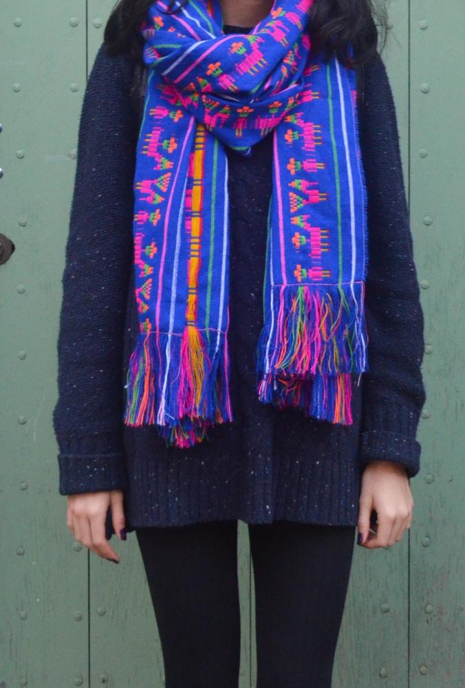 La pieza protagonista de mi outfit: una bufanda de cambaya, una tela típica mexicana. Crean o no, nadie se me quedó viendo raro - The protagonist piece of my outfit: a mexican scarf.