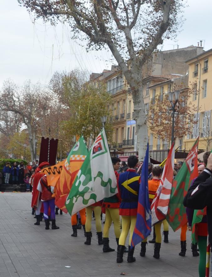 Un desfile en el centro de la ciudad.